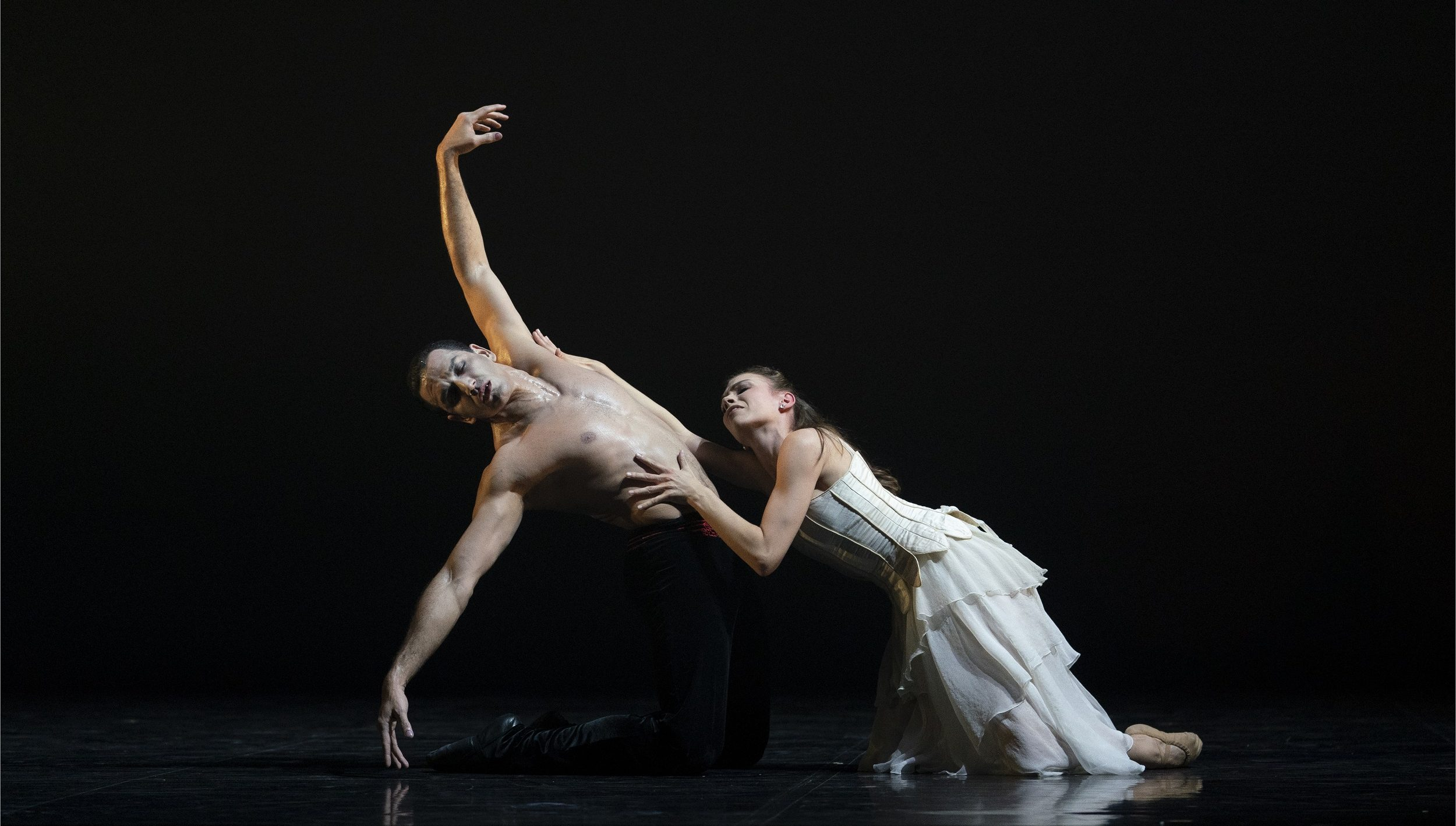 Northern Ballet' Dracula. Javier Torres as Dracula and Abigail Prudames as Mina. Photo by Emma Kauldhar.
