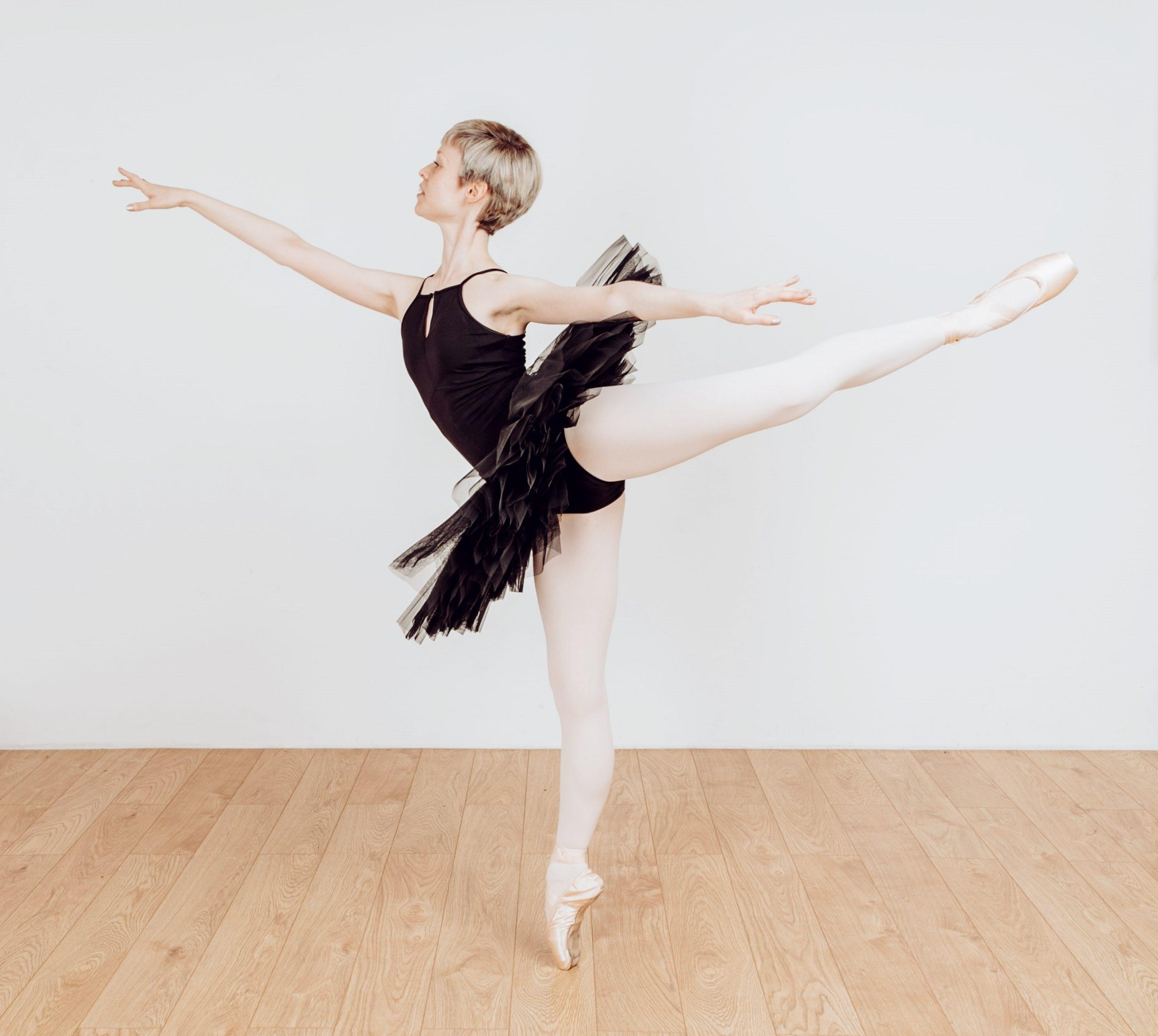 Georgina Butler en pointe in first arabesque.